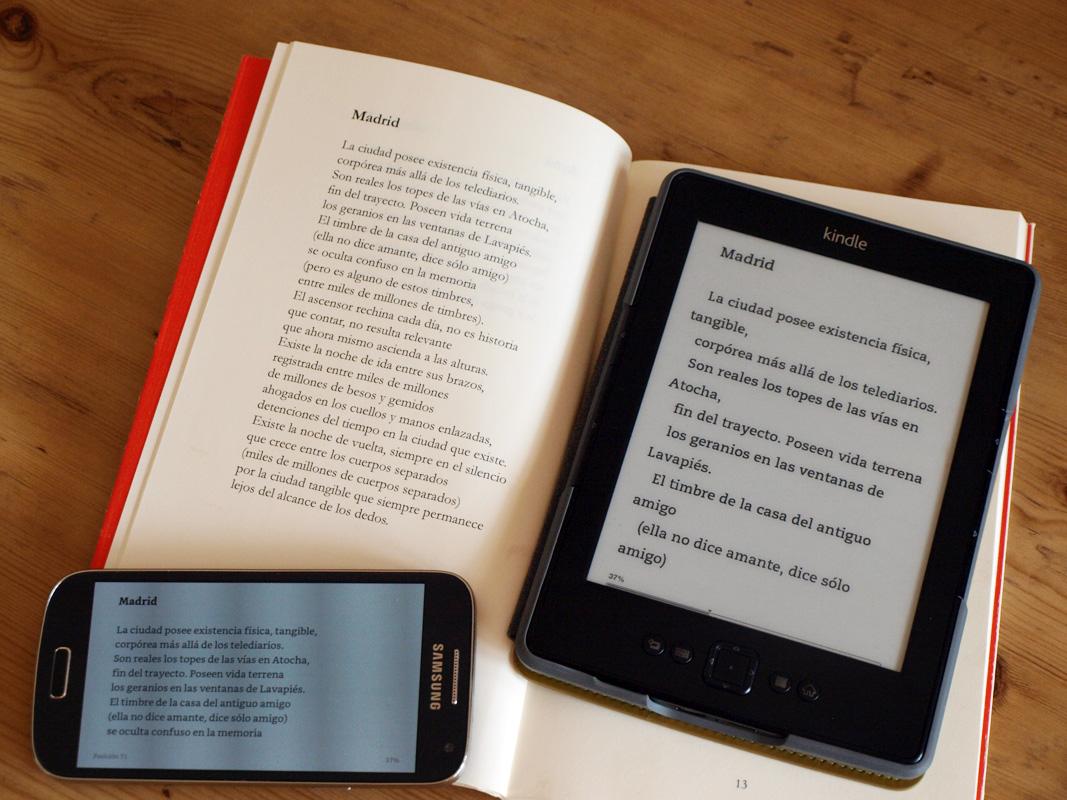 Foto de un libro abierto con un poema a la vista, y justo al lado ese mismo texto en un lector digital de libros Kindle y en un móvil. La idea es que se pueda apreciar cómo maquetamos los libros cuando se trata de ebooks responsivos (líquidos) capaces de adaptarse a cualquier pantalla.