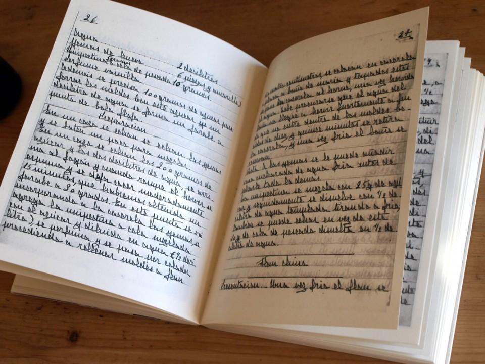 Para este facsímil de un libro de recetas a mano usamos un papel ahuesado más grueso.