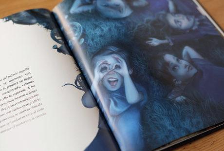 Foto de libro abierto con el interior impreso en calidad offset.