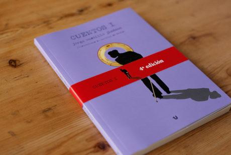 Foto de un libro con una faja promocional roja.