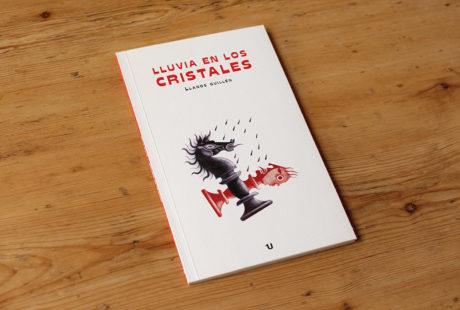 Foto de libro con cubierta en verjurado y portada impresa a dos tintas: negra y roja.
