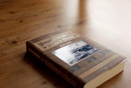 Foto de la portada de otro libro con UVI 3D, es decir, zonas plastificadas en brillo que destacan sobre el fondo, que va plastificado en mate.
