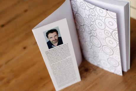 Foto de la solapa anterior de un libro, con foto del autor y texto biográfico.
