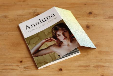 Foto de un libro con solapas, pero sin textos, decoradas con un motivo vegetal.