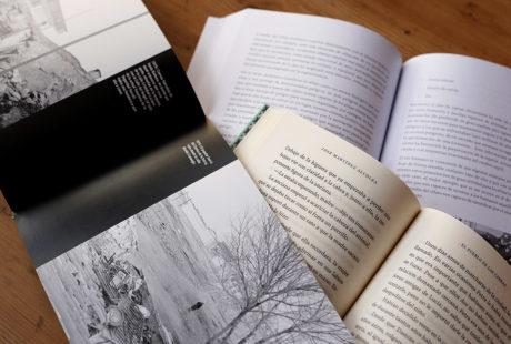 Foto de tres libros abiertos para apreciar la diferencia entre papel offset blanco, offset ahuesado y estucado mate.