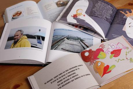 Foto de varios libros abiertos con el interior impreso en color.