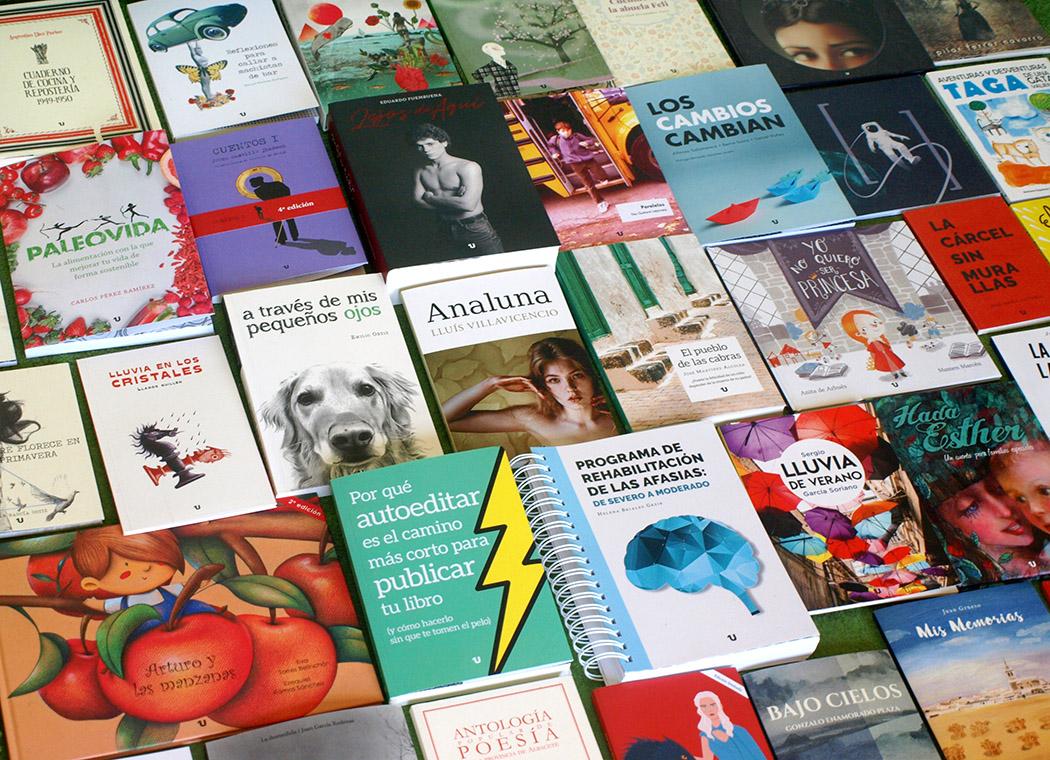 Foto de un montón de libros de todos los tipos y tamaños puestos encima de una mesa