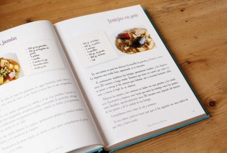 Foto del interior de un libro de cocina en color con fotos y recuadros, para apreciar la maquetación.
