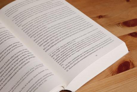 Foto del interior de un libro de prosa con notas para apreciar la maquetación.