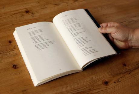 Foto del interior de un libro de poesía para apreciar la maquetación.