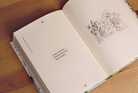 Foto del interior de un libro de aforismos con ilustraciones para apreciar la maquetación.