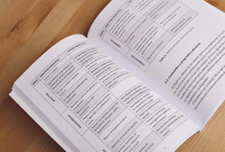 Foto del interior de un libro de prosa con tablas para apreciar la maquetación.