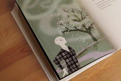 Foto del interior de un libro impreso en color en papel ahuesado volumen.