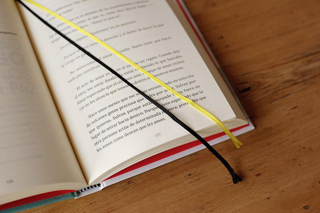 Foto del detalle de la cinta de registro de un libro abierto.