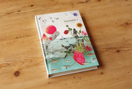 """Foto de un libro en tapa dura al cromo en color, con lomo cuadrado. La portada es una ilustración de una mujer de espaldas rodeada de naturaleza y criaturas marinas. El libro es """"Viajamor"""", primera parte, de Elena Alonso."""