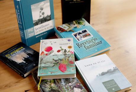 Foto de varios libros con tapa dura al cromo (impresa en color).