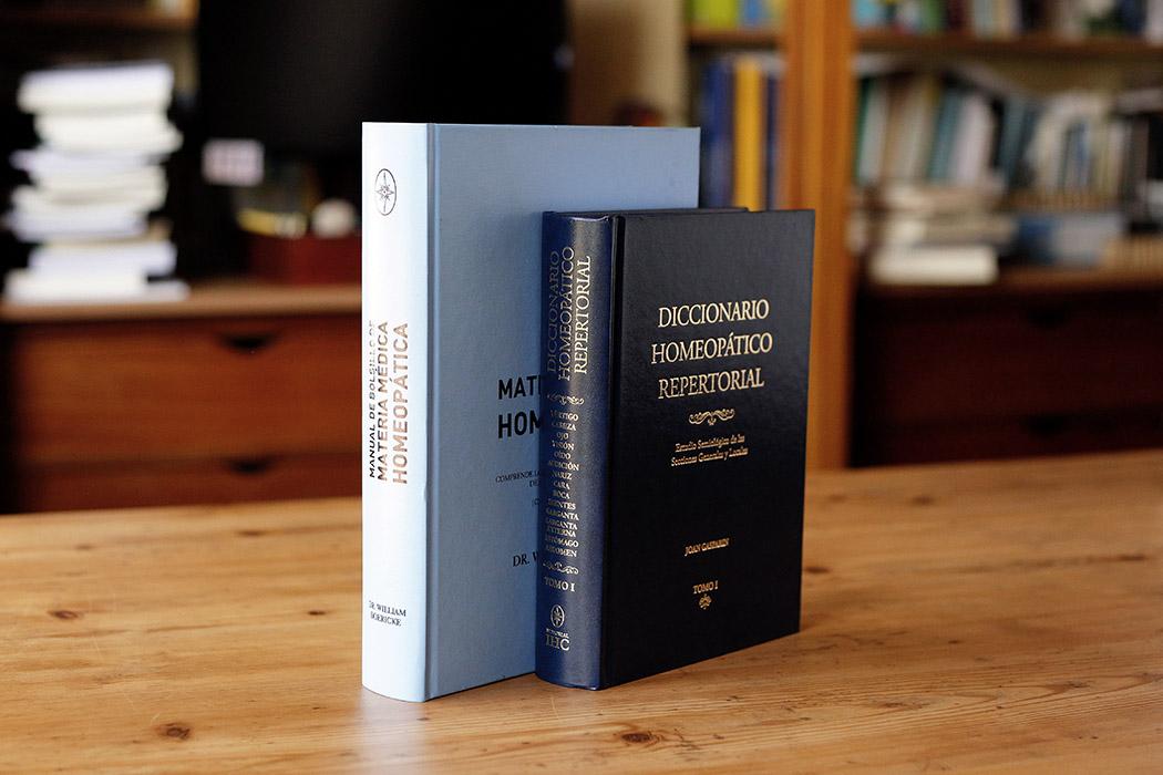 Foto de dos libros con cubierta estampado cromado guaflex en negro y en azul celeste.