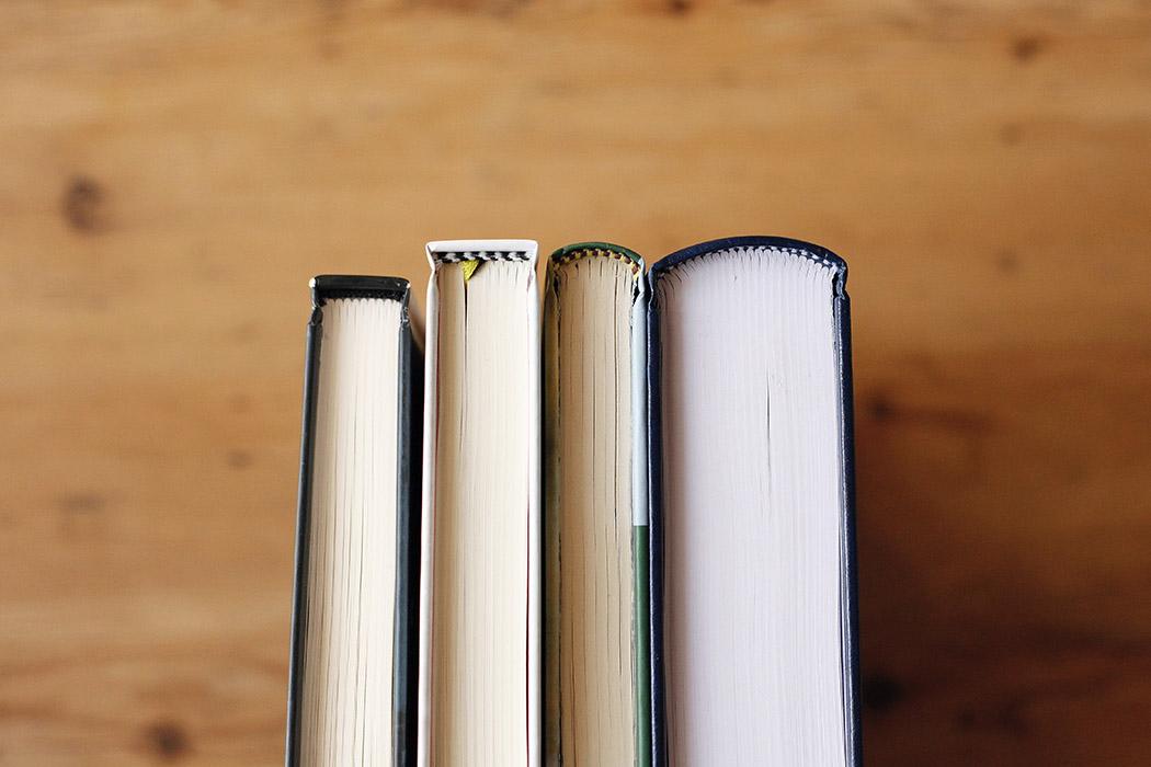 Foto del detalle de la cabezada en varios libros en tapa dura.