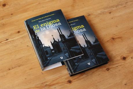 Foto de un libro en tapa dura al cromo con sobrecubierta.