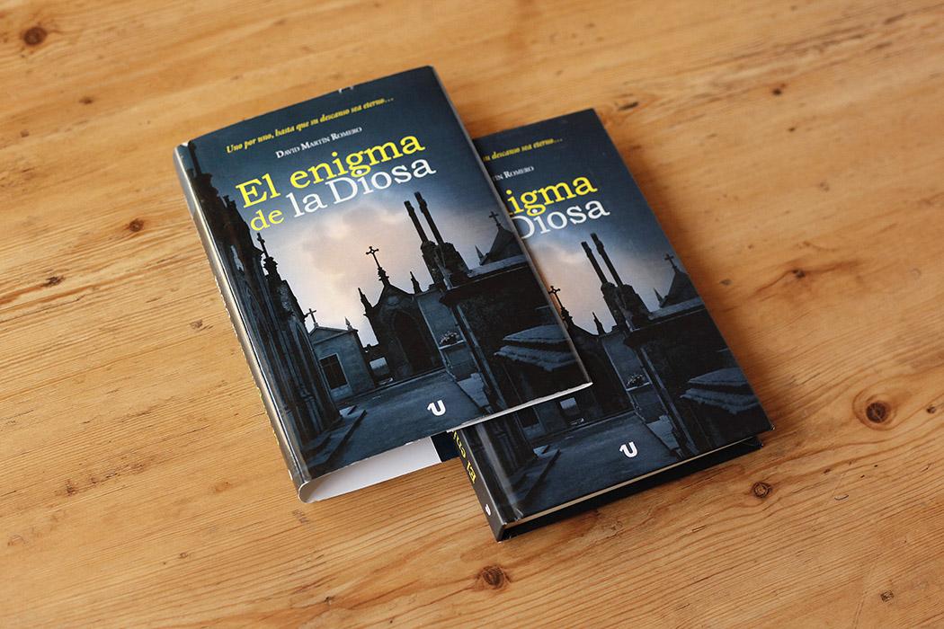Foto de libro con tapa dura al cromo y sobrecubierta.