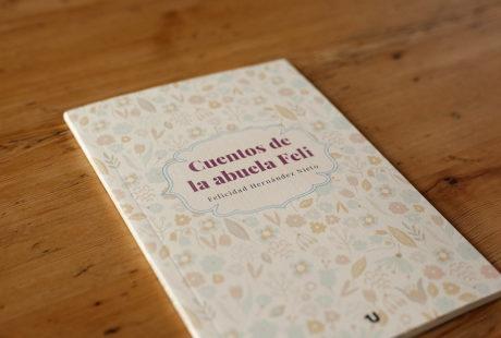 Foto de otro ejemplo de libro con cubierta verjurado, con una cenefa en color impresa en la cubierta.